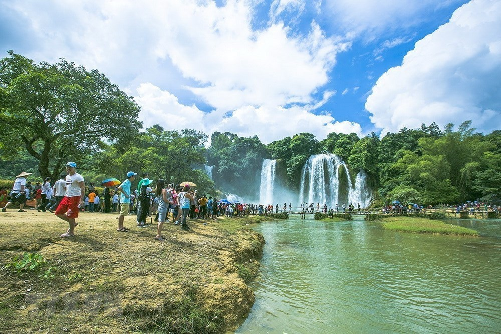 The Ban Gioc Waterfall is  one of the most beautiful waterfalls in Vietnam. It is an iconic tourist destination of Cao Bang province, helping attract a great number of domestic and foreign tourists to the locality (Source: VNA)