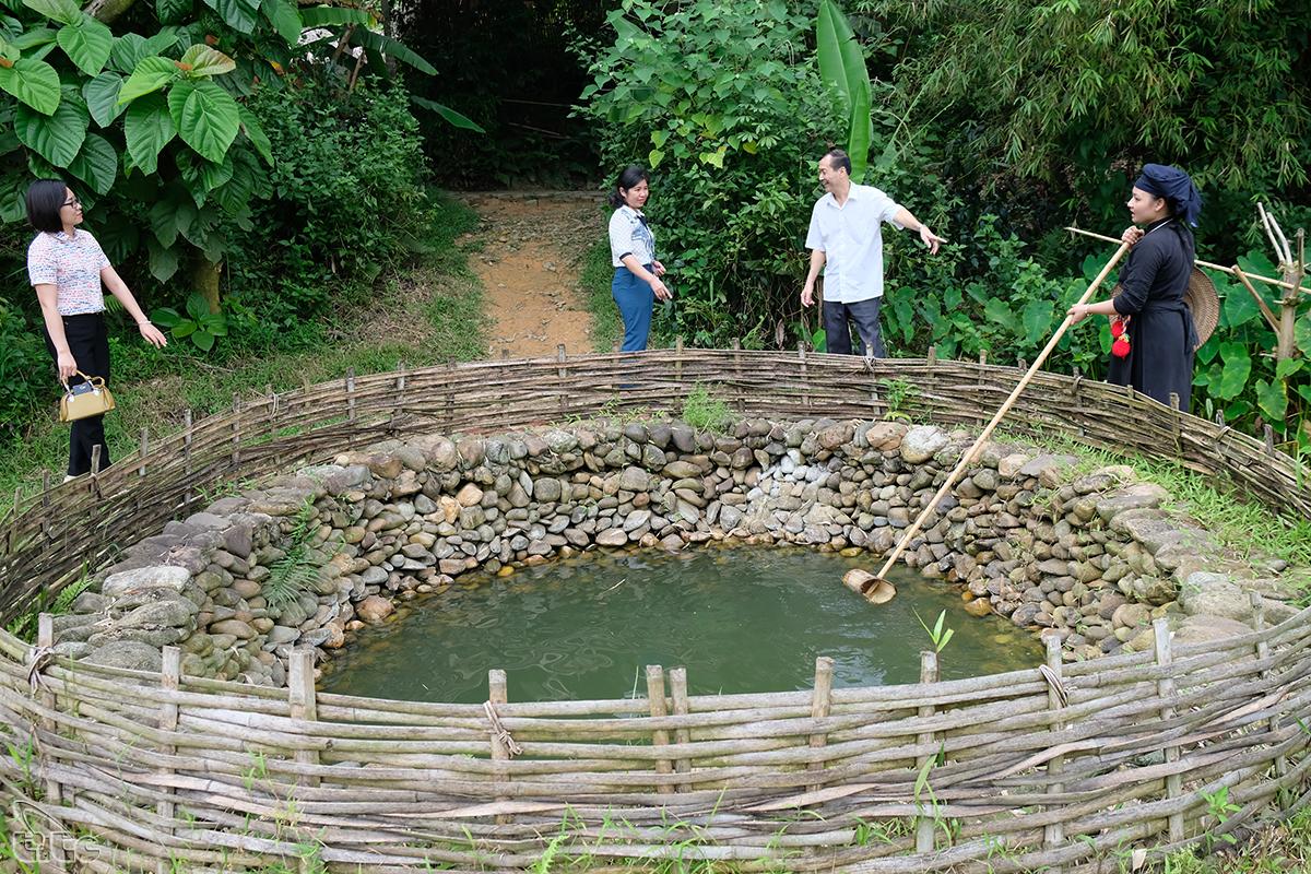 Một thủ tục nữa là khi khách đến đầu làng thì phải rẽ vào giếng làng, chung quanh có xếp đá cuội, nước trong vắt để rửa mặt, rửa tay cho sạch sẽ, mát mẻ trước khi vào làng.