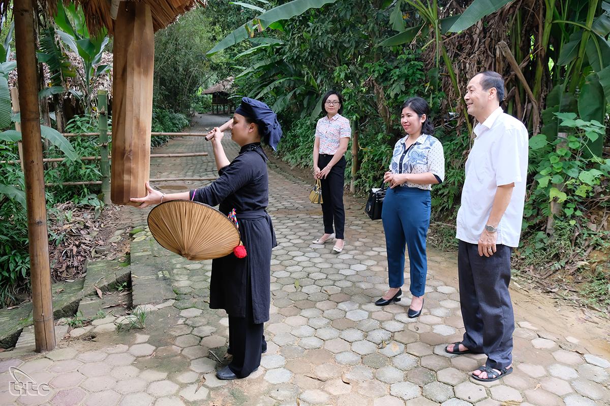 Theo truyền thống của người Tày mỗi khi có khách đến thăm thì chủ nhà hoặc người khách đó phải gõ vào chiếc mõ treo ở đầu làng một hồi thật vang vọng để báo cho mọi người trong làng biết có khách đến thăm
