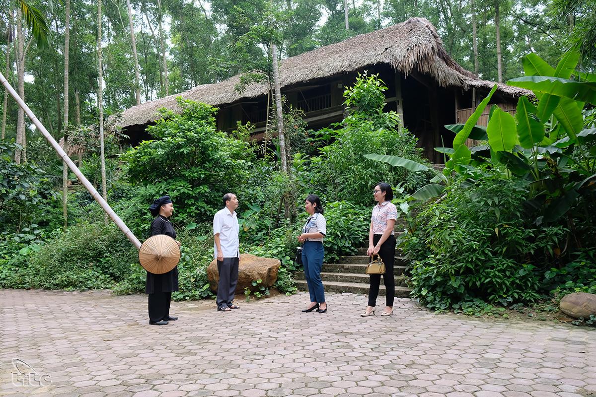 Ở đây, môi trường trong lành, nhiệt độ cũng được điều hòa bởi chính hệ thống cây xanh trong làng.