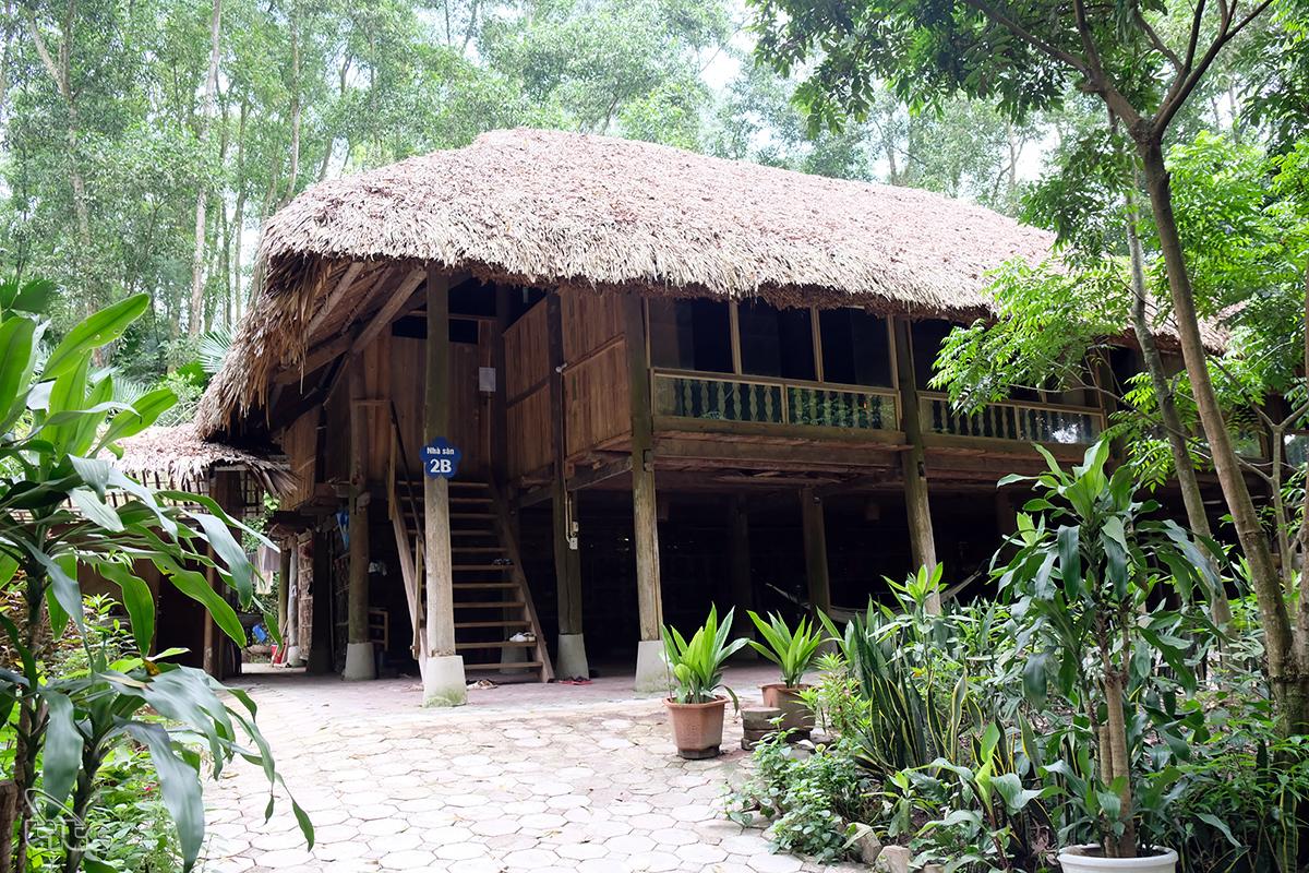 Các kiến trúc nhà sàn, văn hóa của người Tày được các gia đình gìn giữ.