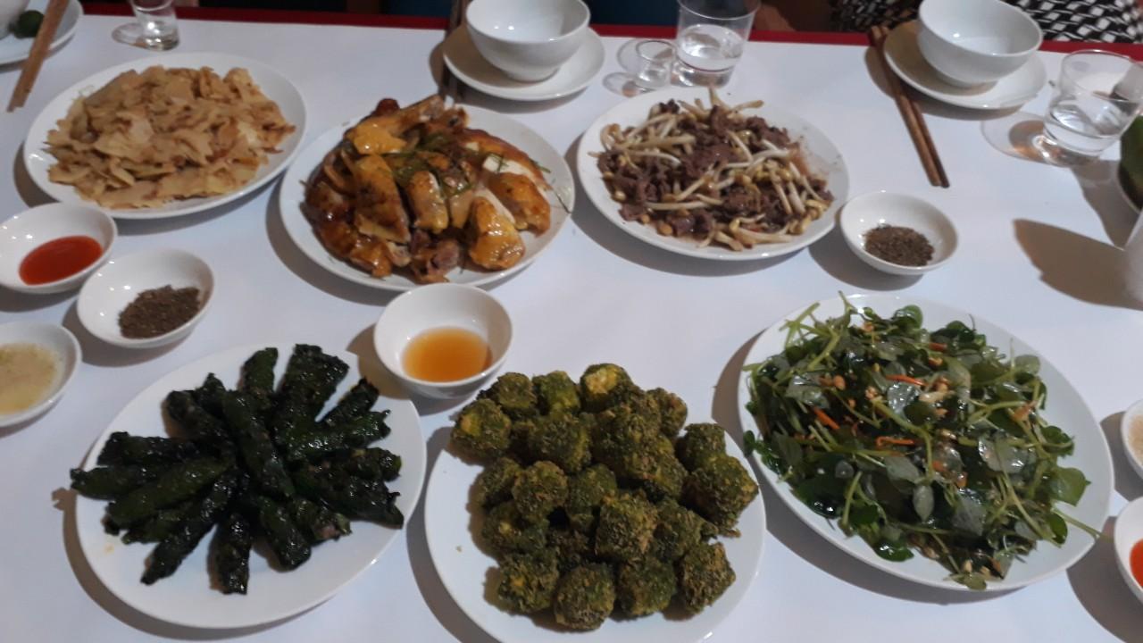 """Mỗi khi """"gia đình Thái Hải"""" đón khách, du khách sẽ được thưởng thức những món ăn cây nhà lá vườn tươi ngon được nấu theo đúng hương vị truyền thống. Từ thịt gà đồi, trâu nướng, nộm hoa chuối, ốc xào măng chua, cá hấp… đều thơm ngon, tròn vị, lại thêm chút rượu Lầu Chăng Mỳ - đặc sản của dân tộc Tày, Nùng làm cho bữa ăn thêm nồng đượm."""