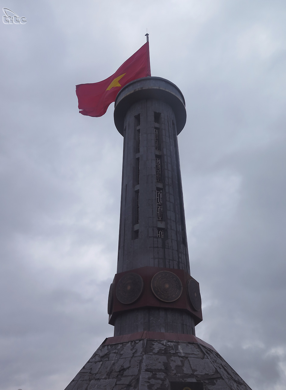 Cột cờ Lũng Cú là một cột cờ quốc gia nằm trên đỉnh Lũng Cú hay còn gọi là núi Rồng (Long Sơn), có tọa độ 23°21'49'' vĩ bắc, 105°18'58'' kinh đông, nơi điểm cực bắc Việt Nam