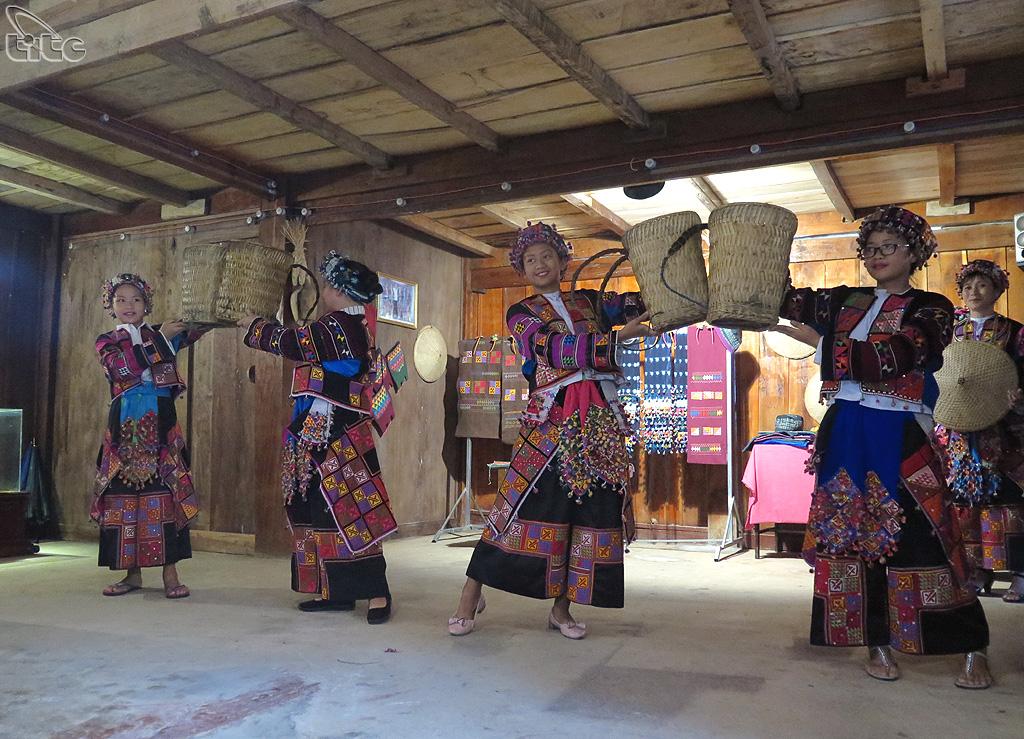 Làng văn hóa người Lô Lô thuộc xã Lũng Cú, huyện Đồng Văn, tỉnh Hà Giang. Nơi đây lưu giữ những nét văn hóa đặc sắc giàu truyền thống của người Lô Lô nói riêng và của các đồng bào dân tộc miền núi nói chung.