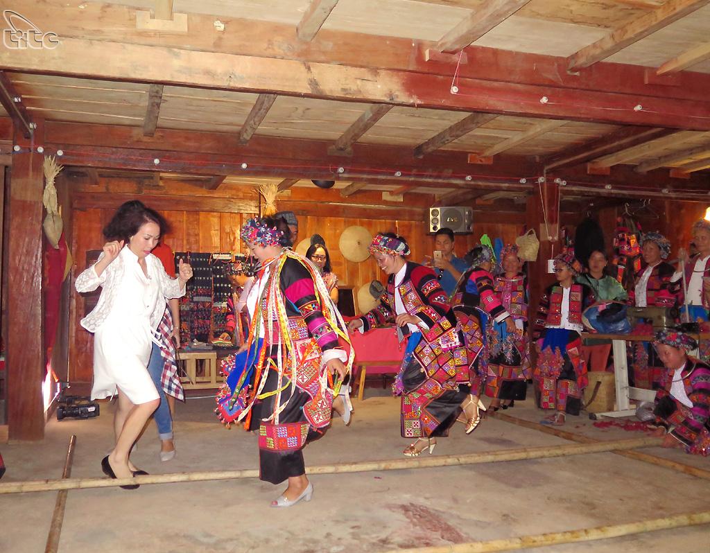 Khi đến với bản làng người Lô Lô, du khách sẽ có cơ hội hòa trong không khí vui tươi, nhộn nhịp của điệu nhảy sạp truyền thống của người dân nơi đây