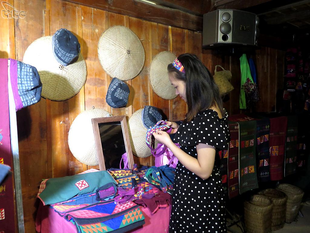 Du khách thích thú với những sản phẩm thủ công của người phụ nữ Lô Lô